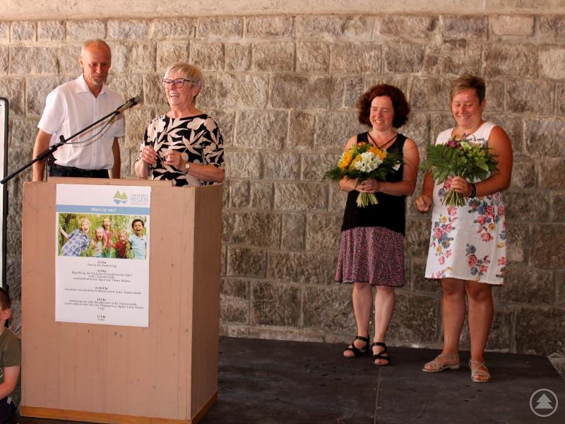 Mit dem Jugendamtsleiter Martin Hackl bedankte sich die Landrätin Rita Röhrl bei Elisabeth Mies und Kathrin Binder für die Arbeit bei Koki.