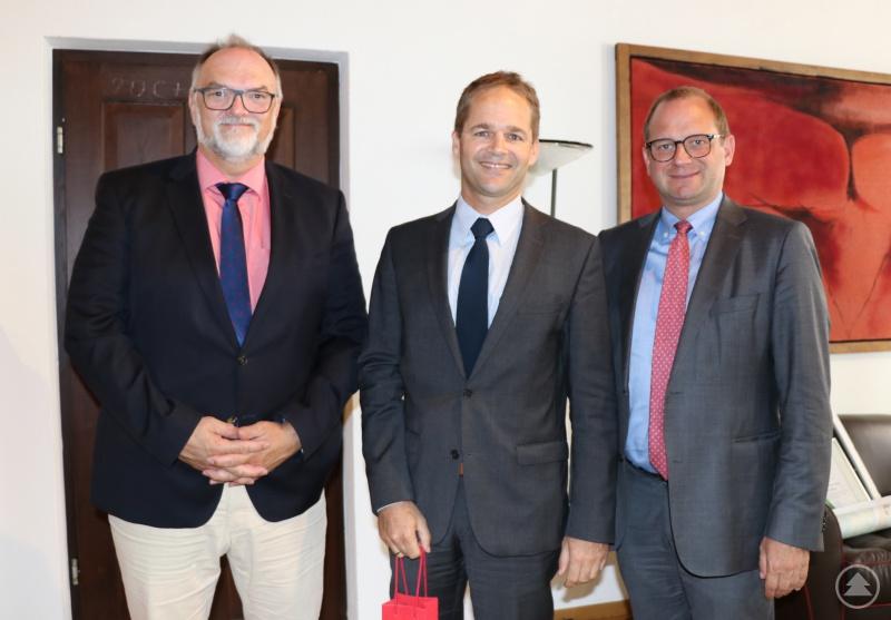 v.l.: Oberbürgermeister Jürgen Dupper, Schulrat Klaus Sterner, Dr. Bernhard Forster – Referent für Kultur, Schulen und Sport