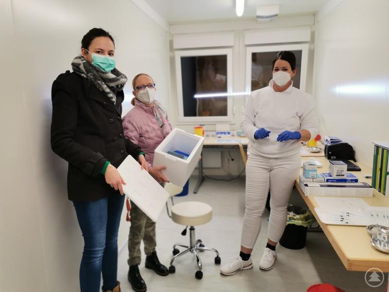 Die Mitarbeiterinnen der Kinderklinik (v. l.) Carmen Freudenstein und Elisabeth Fischer-Ging erhielten 60 Impfdosen von Helena Smul von der beauftragten Firma IMS Rettungsdienst GmbH zur eigenen Verimpfung.