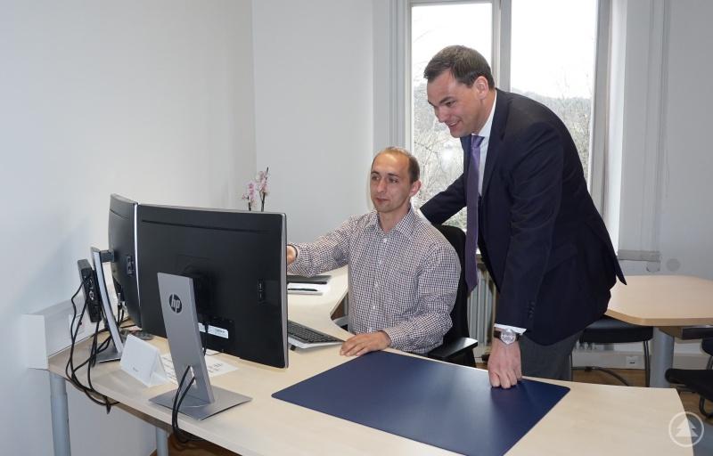 Der neue Büroleiter Josef Lenz (links) an seinem Arbeitsplatz zusammen mit Landrat Sebastian Gruber.