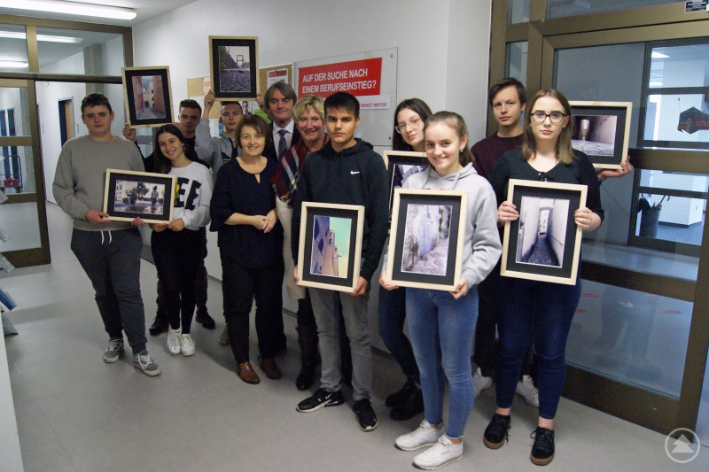(v.l.) Regina Tomaschko (Lehrerin Mittelschule St. Nikola), Dr. Klaus Stein (Vorsitzender der Geschäftsführung Agentur für Arbeit Passau), Christine Reitberger (Teamleiterin Berufsberatung Agentur für Arbeit Passau) zusammen mit den jungen Künstlern