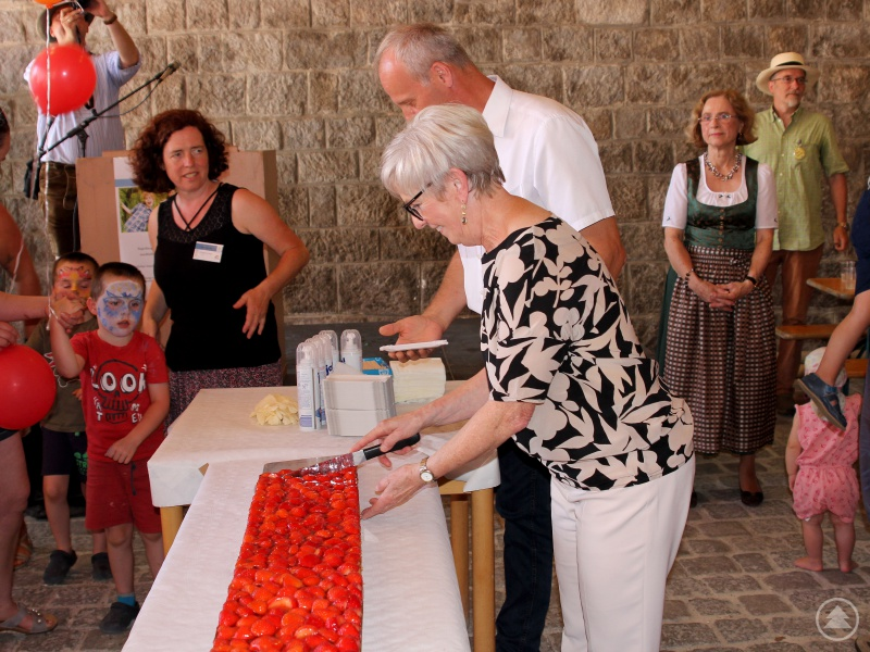 Mit dem Jugendamtsleiter Martin Hackl als Assistenten schnitt die Landrätin den Geburtstagskuchen an...