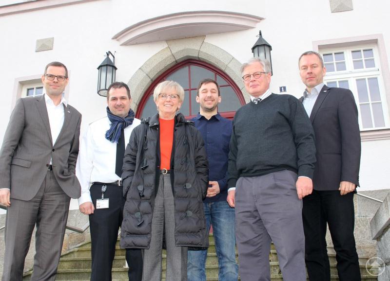 Sie diskutierten über den Bahnprobebetrieb, v.li. Gerhard Knöbel, Steffen Schaller, Landrätin Rita Röhrl, Michael Pfeffer, Kurt Schwab und Wolfgang Pollety.