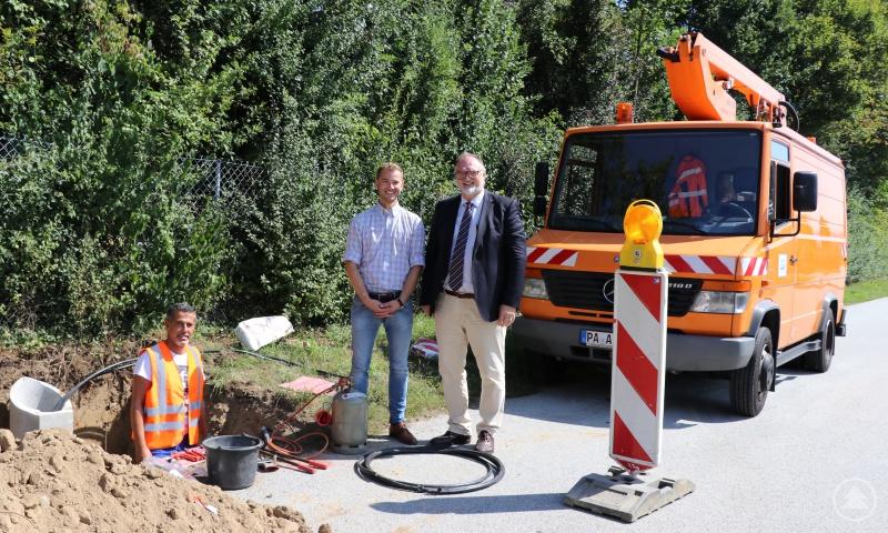 Oberbürgermeister Jürgen Dupper besichtigt gemeinsam mit Florian Landgraf, stellvertretender Dienststellenleiter Straßen- und Brückenbau, und Stadtwerkemitarbeiter Ingo Kuppler die Baustelle in Wörth.