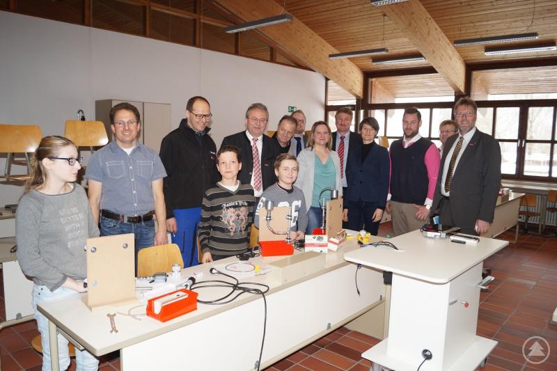 Die Ehrengäste beim Rundgang in der Mittelschule Rattenberg gemeinsam mit Schülerinnen und Schülern, die in den Bereich Anlagenmechanik eingeführt werden.