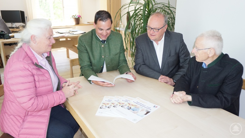 Seniorenbeauftragte Anna Mitterdorfer (links) und Behindertenbeauftragter Hans Süß (rechts) freuen sich mit dem Geschäftsführer der Kliniken gGmbH, Helmut Denk (2. von rechts) sowie Landrat Sebastian Gruber (2. von links) über die gelungene 2. Auflage der Notfall- und Vorsorgemappe des Landkreises Freyung-Grafenau.