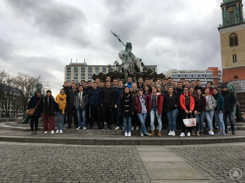 Heike Früchtl (links) und Michael Köberl (rechts) mit den Klassen 10a und 10b vor dem Neptunbrunnen in der Nähe des Alexanderplatzes.