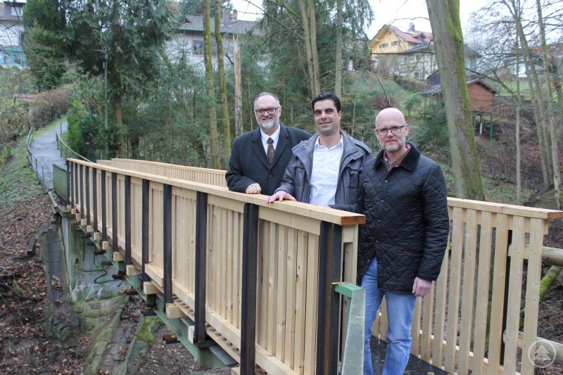Oberbürgermeister Jürgen Dupper (links) überzeugt sich mit (von rechts) Baureferent Wolfgang Seiderer und Bauhof-Leiter Markus Weiherer-Steimer von den gelungenen Arbeiten am Gunthersteig.