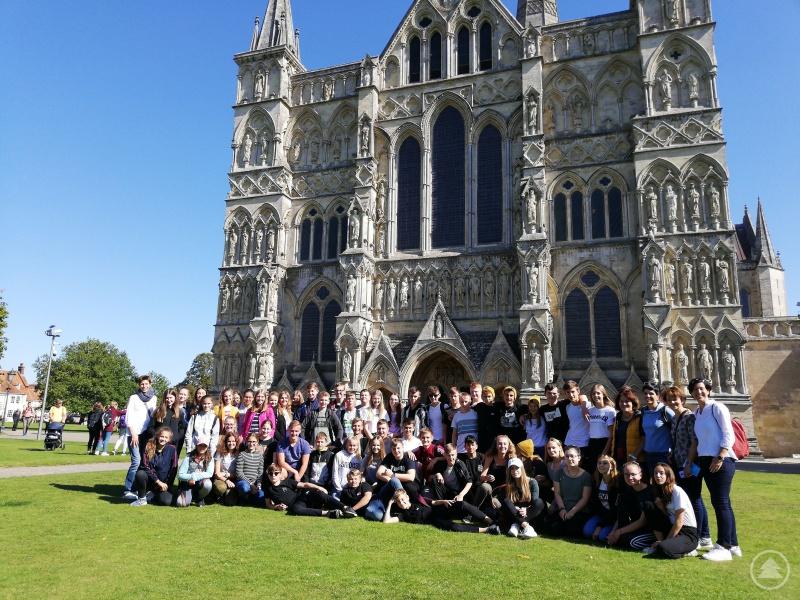 Die 9.-Klässler der Realschule Grafenau sammelten viele schöne Eindrücke in England, wie hier vor der Kathedrale von Salisbury.