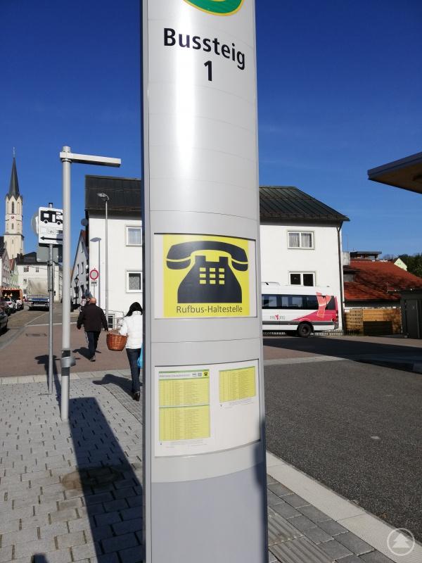 Mehr Übersicht am Busbahnhof Freyung: Durch eine Zuordnung der Busstiege zu den jeweiligen Linien weiß der Fahrgast relativ schnell, wo er seine Linienfahrt beginnen kann.