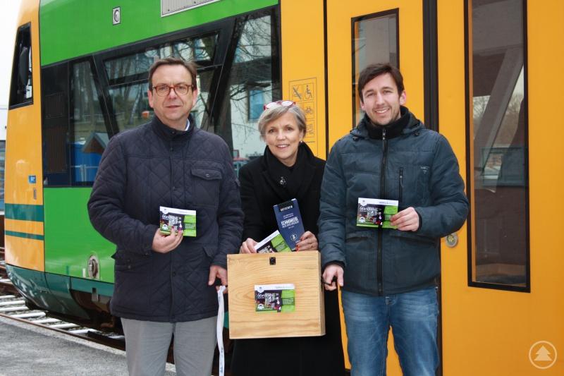 Viechtachs 1. Bürgermeister Franz Wittmann; Michael Pfeffer, zuständig für Marketing und Vertrieb der waldbahn; Tourismusreferentin Susanne Wagner