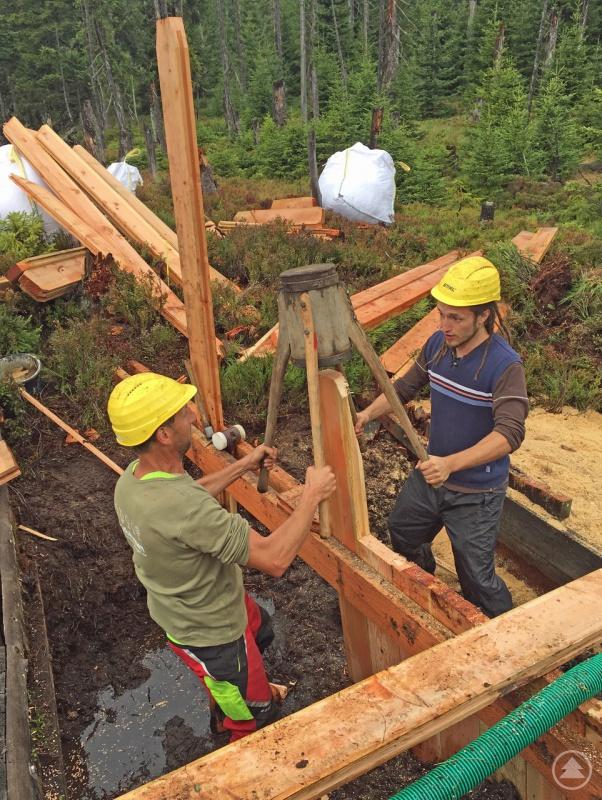 """Einstige Entwässerungsgräben in Mooren werden beim Projekt """"Life for Mires"""" wieder geschlossen, damit sich wieder Torf bilden kann."""