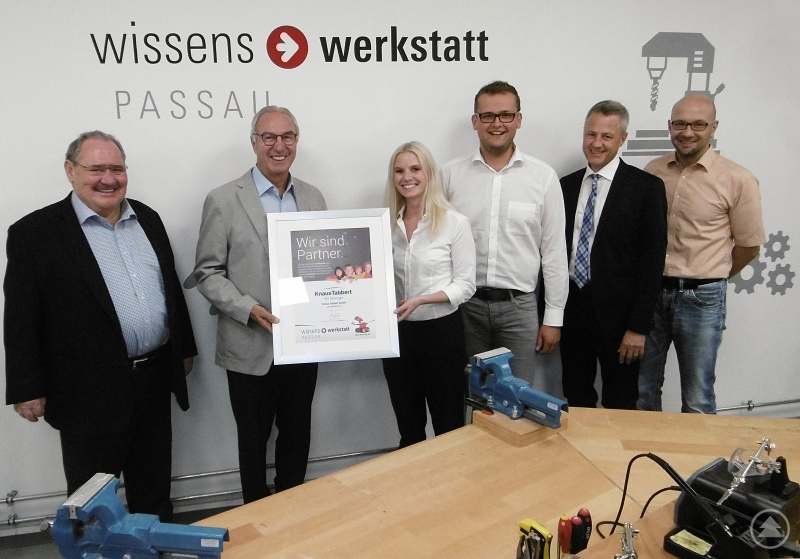 Die wiwe-Vorstände Manfred Reichenstetter (von links), Dr. Manfred Schwab, Gernot Hein (v. r.) und wiwe-Leiter Ralf Grützner überreichten die Förderurkunde an die Knaus-Tabbert- Personaler Juliane Wagner und Johannes Haidn.