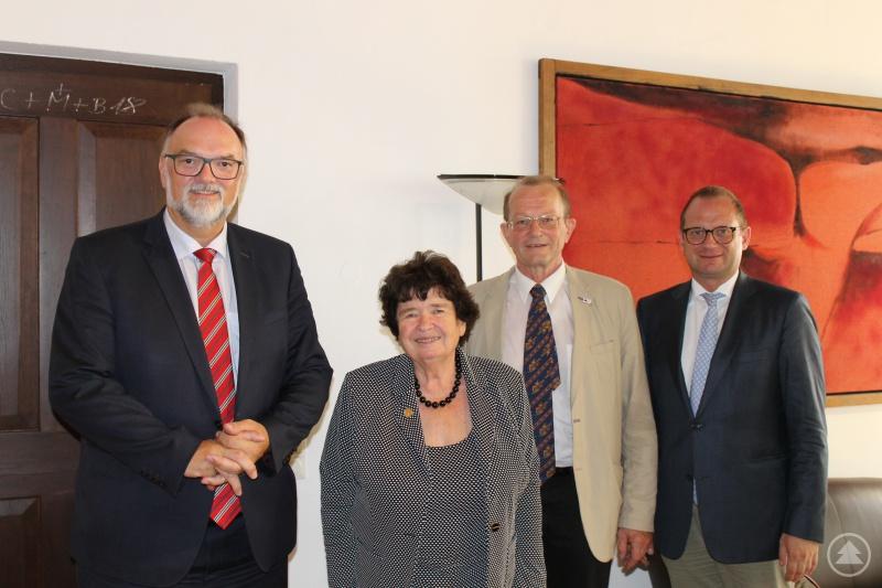Oberbürgermeister Jürgen Dupper (von links) mit Gisa Schäffer-Huber, Dr. Herbert Wurster und Kulturreferent Dr. Bernhard Forster.