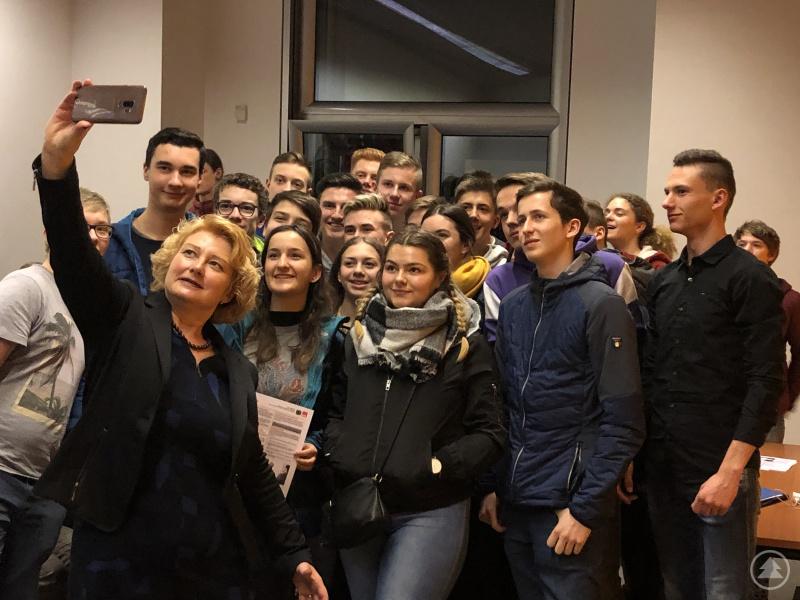 Ein gemeinsames Selfie der Klassen 10a und 10c mit der Parlamentarischen Staatssekretärin Rita Hagl-Kehl im Bundestag.