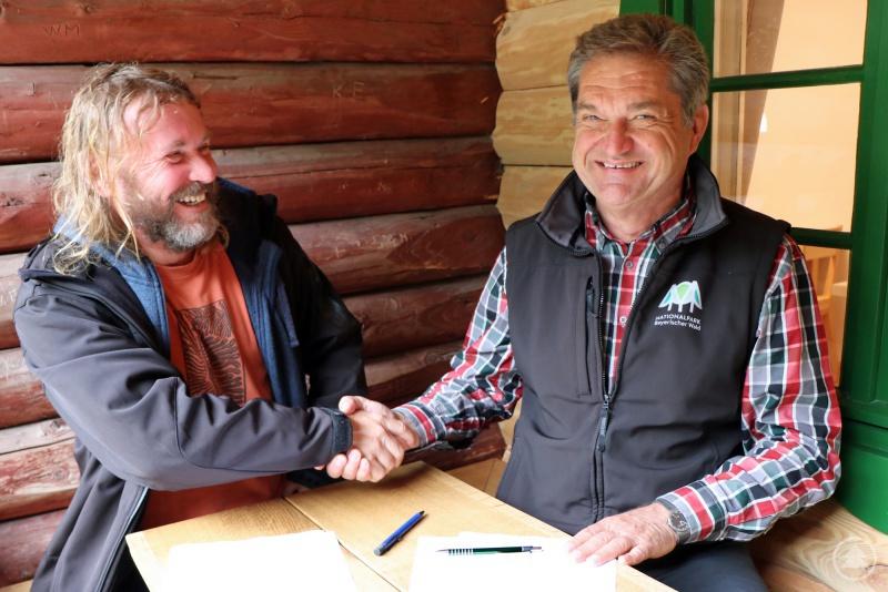 In der jüngst renovierten Racheldiensthütte unterzeichneten die Nationalparkleiter Pavel Hubený (links) und Franz Leibl die dritte gemeinsame Kooperationsvereinbarung.