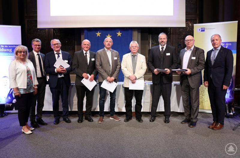 Die ausgezeichneten Prüfer aus Freyung-Grafenau mit IHK-Präsident Thomas Leebmann (rechts), Wissenschaftsminister Bernd Silber (2. von links) sowie der stellvertretenden Landrätin Helga Weinberger (links)