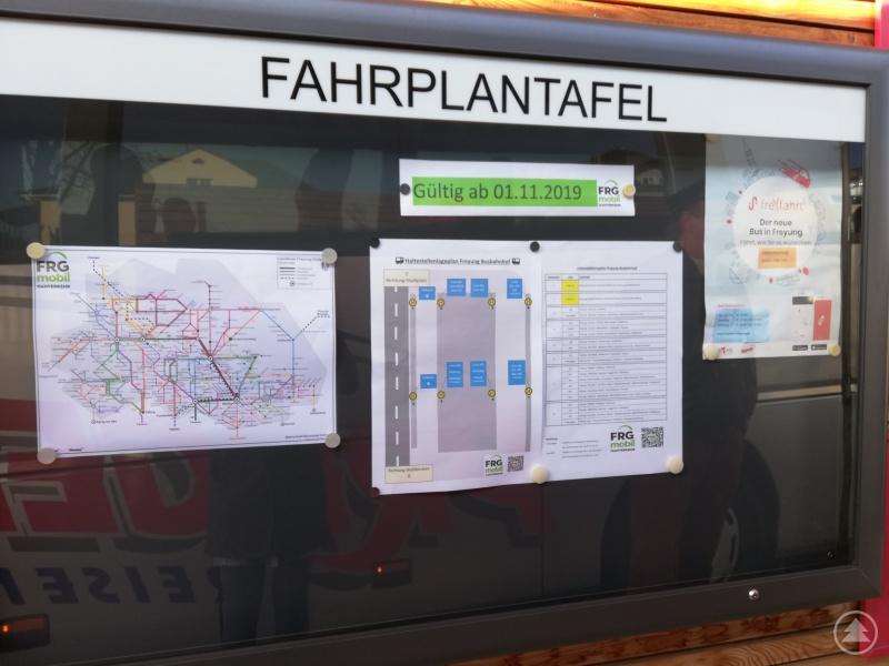 Auf dem Haltestellenlageplan an der Fahrplantafel kann man sich schnell einen Überblick verschaffen, welcher Bus wo abfährt.