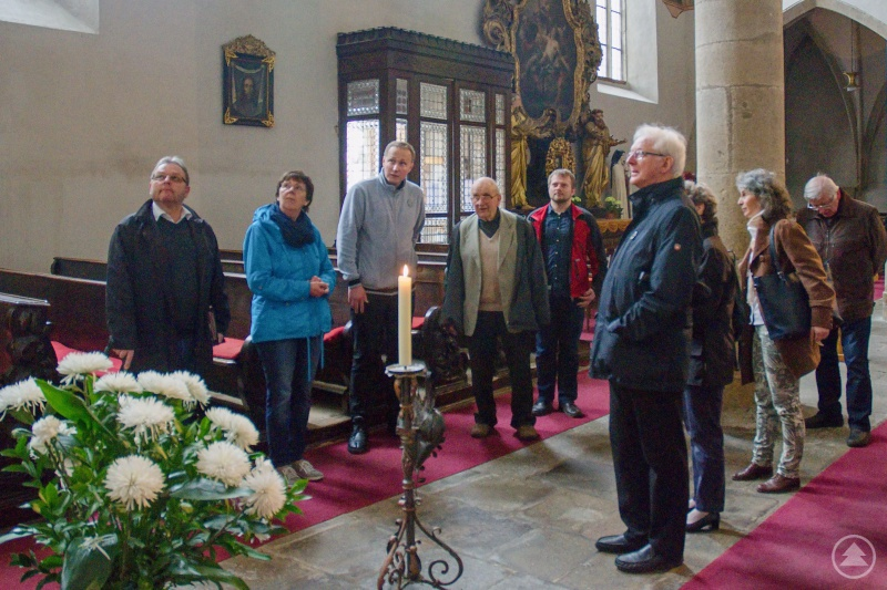 Die Besuchergruppe aus dem Dekanat Freyung-Grafenau zusammen mit den tschechischen Gastgebern bei der Besichtigung der Stadtpfarrkirche des Heiligen Ägidius (Jiljí) und der Jungfrau Maria-Königin in Třeboň.