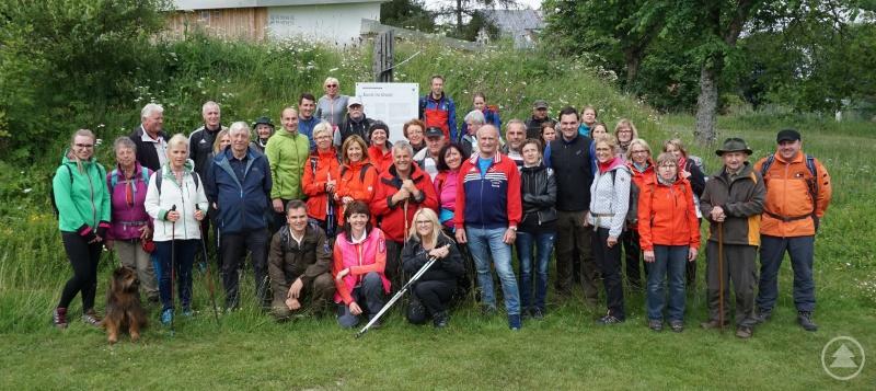 Gemeinschaftsbild der dritten Bürgerwanderung des Landkreises Freyung-Grafenau in Finsterau