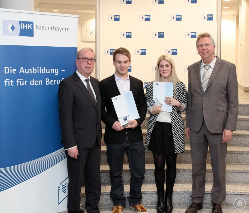 Die Prüfungsbesten aus Freyung-Grafenau mit dem IHK-Gremiumsvorsitzenden Alois Atzinger (links) und Uwe Burghardt, Leiter der Berufsschule Waldkirchen (rechts)