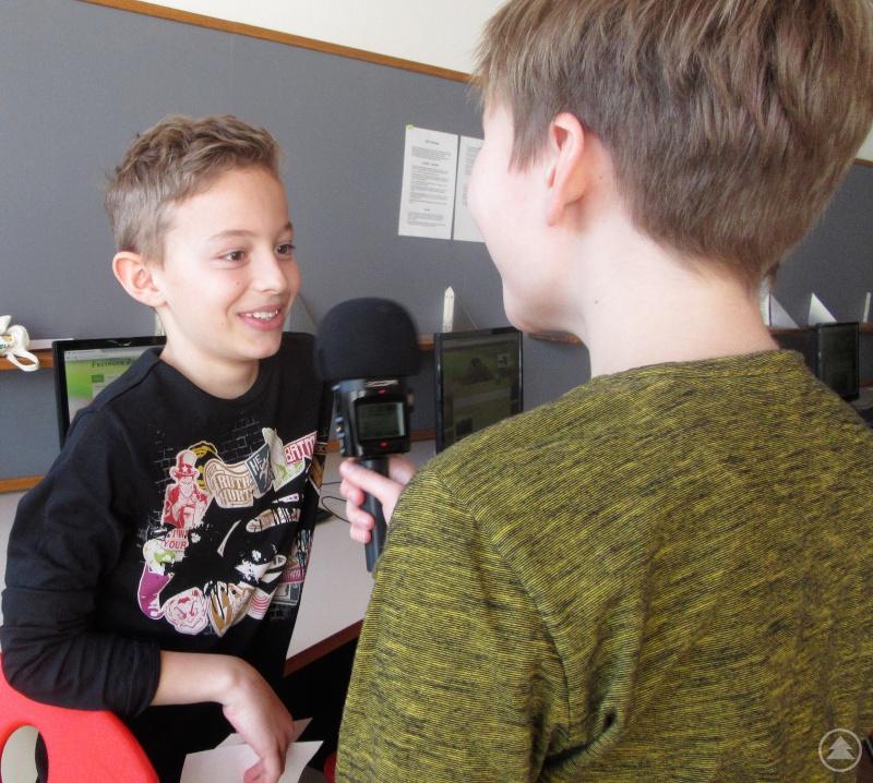 Wie echte Reporter interviewen die Viertklässler ihre Klassenkameraden zum Tag der offenen Tür