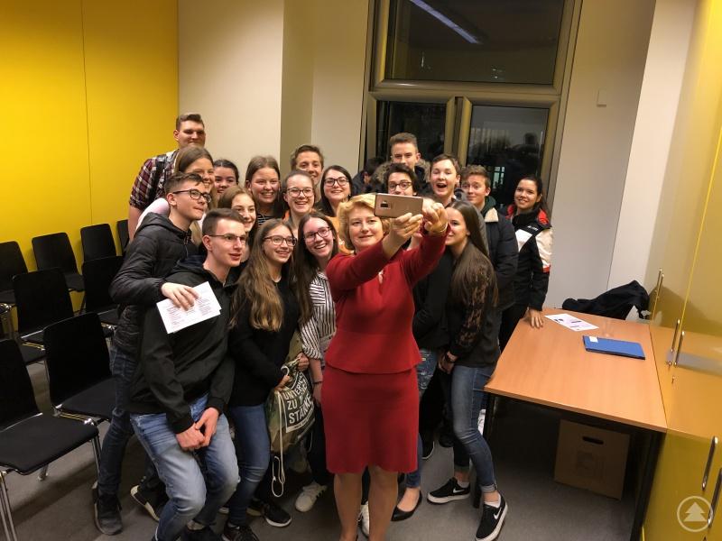 Ein gemeinsames Selfie der Klasse 10b mit der Parlamentarischen Staatssekretärin Rita Hagl-Kehl im Bundestag.