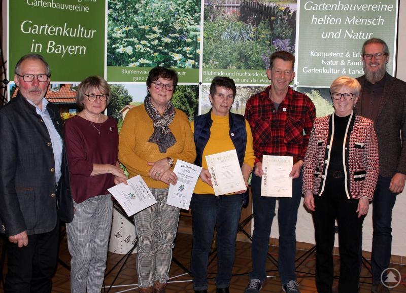 Zweiter Bürgermeister Johann Sturm (li.), Landrätin Rita Röhrl (2.v.re.) und Gartenfachberater Klaus Eder (re.) gratulierten (v.li.) Brigitte Deml, Gisela Schedlbauer, Gisela König und Helmut Stoksa.