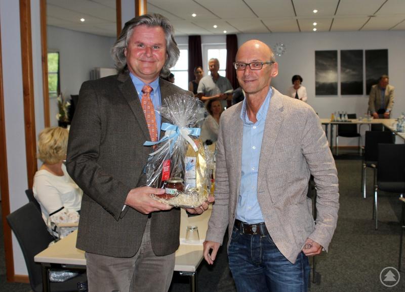 Sozialamtsleiter Horst Kuffner bedankte sich beim Referenten Heribert Apfelbeck und überreichte ihm einen Präsentteller mit Schmankerln aus der Region.