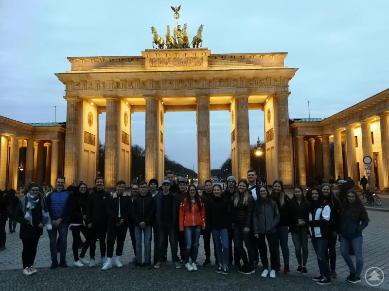 Die Klasse 10b auf dem Pariser Platz vor dem Brandenburger Tor.