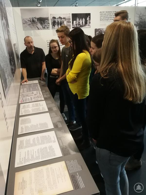 """Bei einer engagierten Führung durch die Ausstellung """"Topographie des Terrors"""" wurden die Freyunger Schülerinnen und Schüler für die Mechanismen des Terrors während des Nazi-Regimes sensibilisiert."""