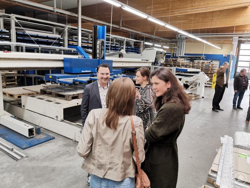 Ausführliche Erläuterungen aus erster Hand bekamen die Wirtschaftsjunioren (von rechts: Vorsitzende Magdalena Gruber und Past Presidentin Heidi Behringer) von Geschäftsführer Fabian Schremmer geschildert.
