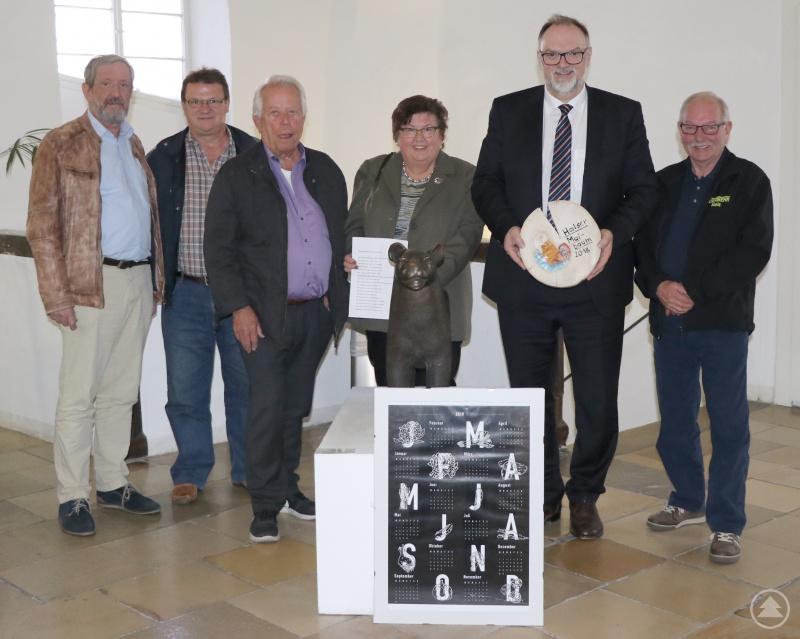 Oberbürgermeister Jürgen Dupper (2. von rechts) fungiert auch 2019 als Schirmherr für das Halser Maibaumfest – sehr zur Freude von Wieland Zirbs (von links), Johannes Graswald, Hans Eisner, Rosmarie Waldherr und Rudolf Landegl vom Organisationskomitee.
