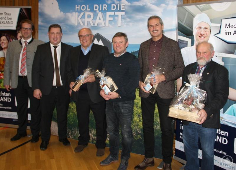 Regionalmanager Lang (v.li.) und Landrat Michael bedankten sich bei den Referenten Alfons Fleischmann, Anton Gigl und Klaus Eder. Ein besonderes Dankeschön ging an Lothar Denk und seine Helfer, sie sorgten dafür, dass die Gäste gut versorgt waren.