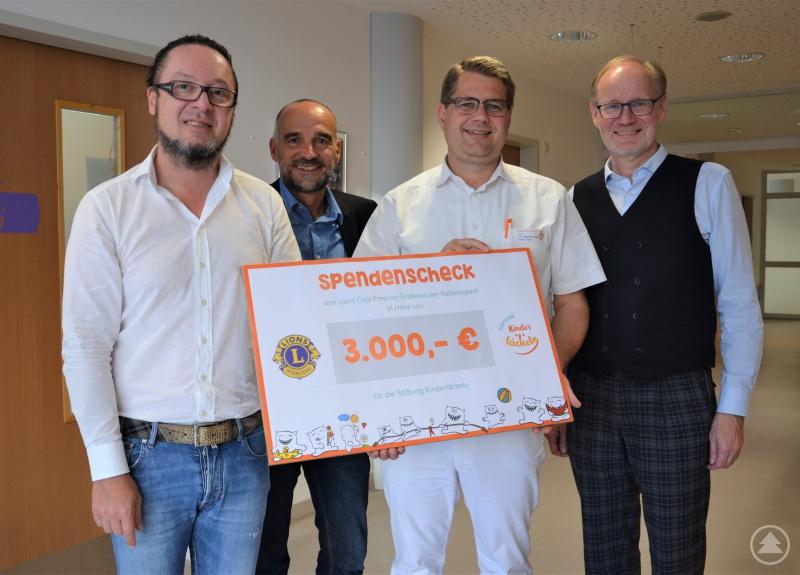 (v.l.) Lions-Präsident Markus Rothkopf, Lions-Mitglied Max Kölbl, Chefarzt Prof. Dr. Matthias Keller und Lions-Mitglied Markus Pühringer.