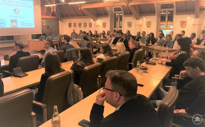 """Gut gefüllte Reihen im großen Sitzungssaal des Landratsamtes bei der Infoveranstaltung zum Projekt """"Wir schaffen Chancen"""""""
