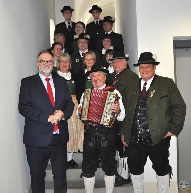 v.l.: Oberbürgermeister Jürgen Dupper mit dem 1. Vorstand Andreas Ginglseder (rechts) und einigen Mitgliedern des Vereins.